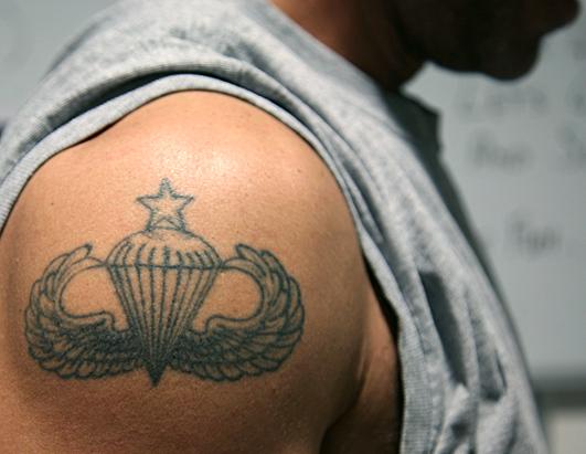 для значение военных татуировок военно-воздушных сил на левом плече земельных