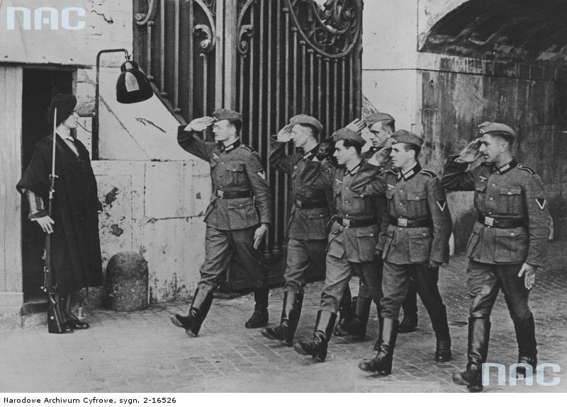солдаты Вермахта и часовой швейцарской гвардии