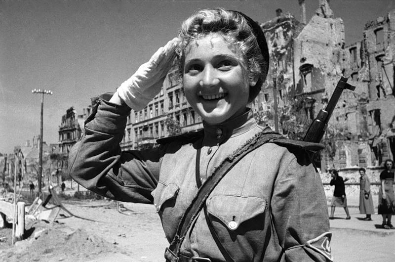 Советская военнослужащая в берете