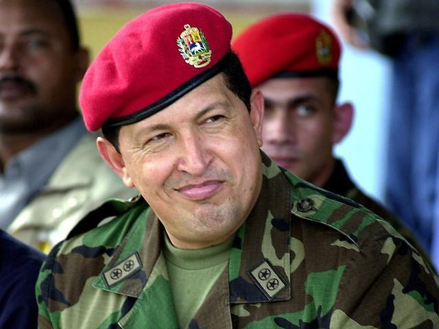 Уго Чавес носит красный берет