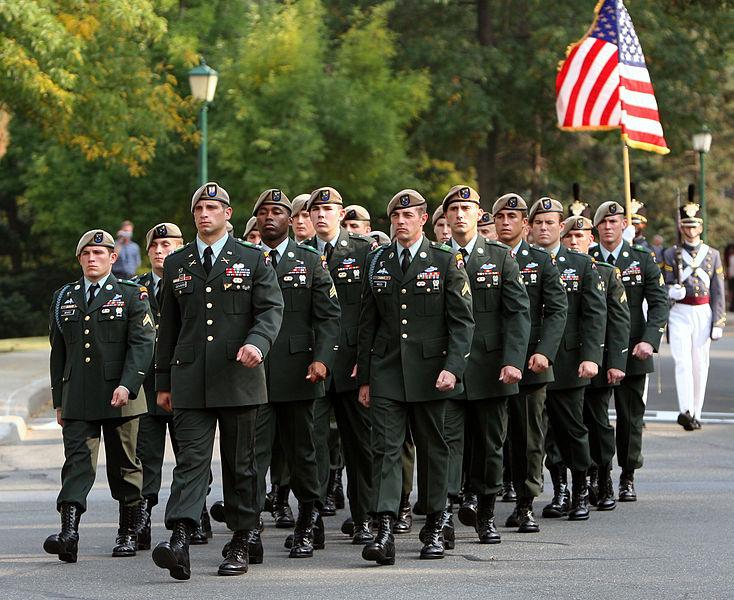 Американские Рейджеры носят берет бежевого цвета (тан).