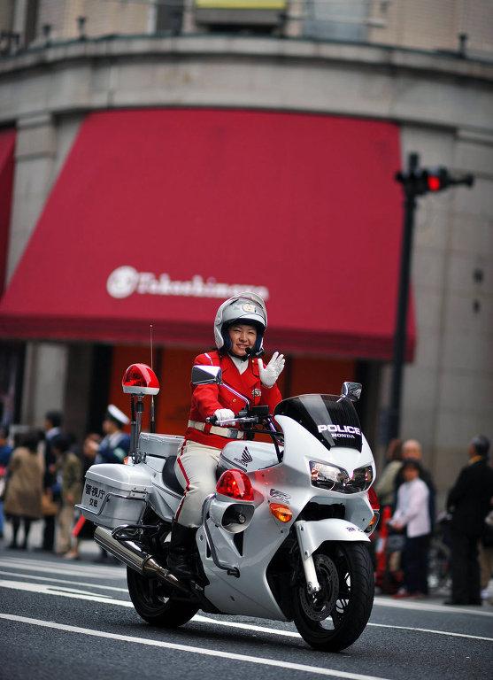 Офицер из женского мотоциклетного батальона японской дорожной полиции