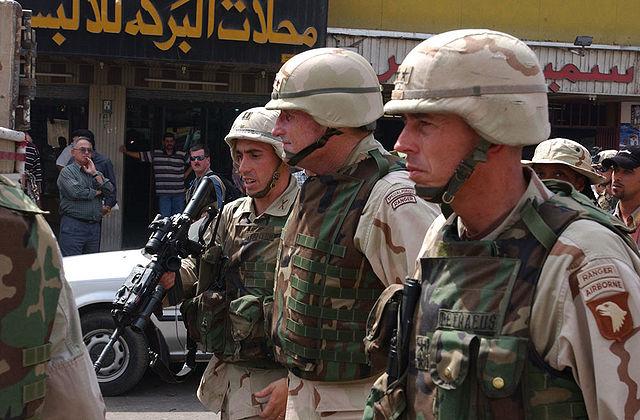 Дэвид Петрэус на улице Мосула в период командования 101-й воздушно-десантной дивизией. Август 2003 года