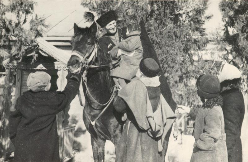 Семья провожает казака в казачью часть. Февраль 1942 г.