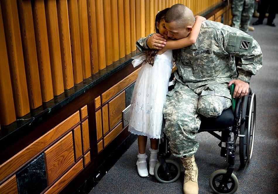 Адреа Кастильо обнимает своего отца, сержанта Гильермо Кастильо