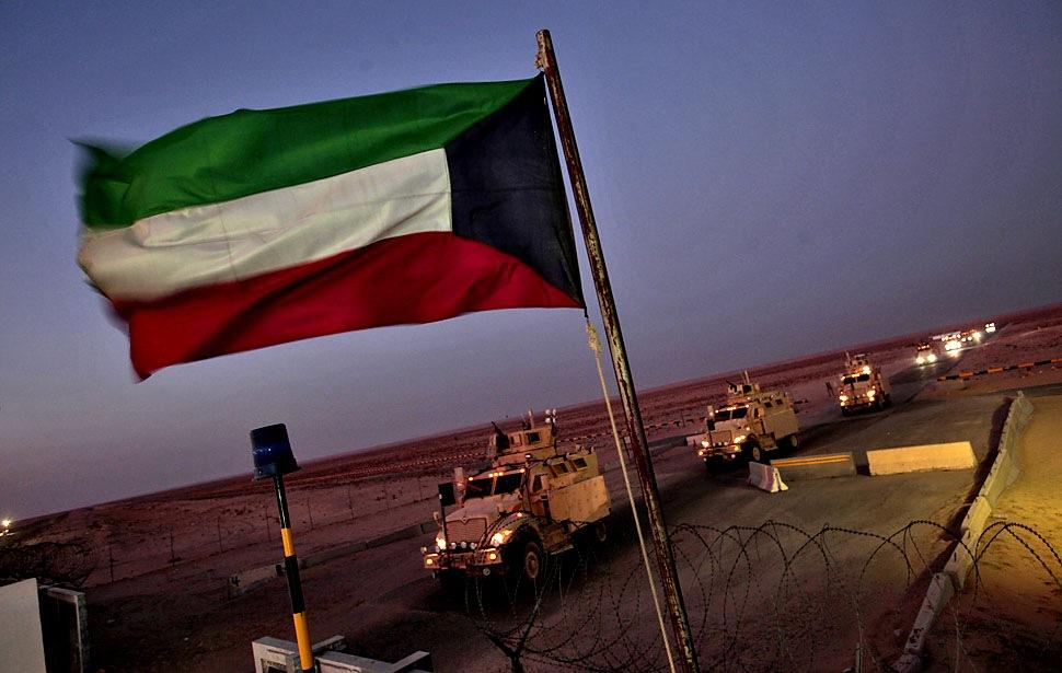 Американские войска покидают Ирак через кувейтскую границу.