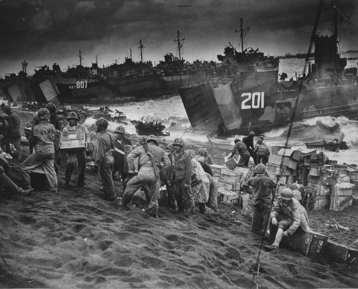 Американские морские пехотинцы высаживаются с десантных кораблей на Иводзиме
