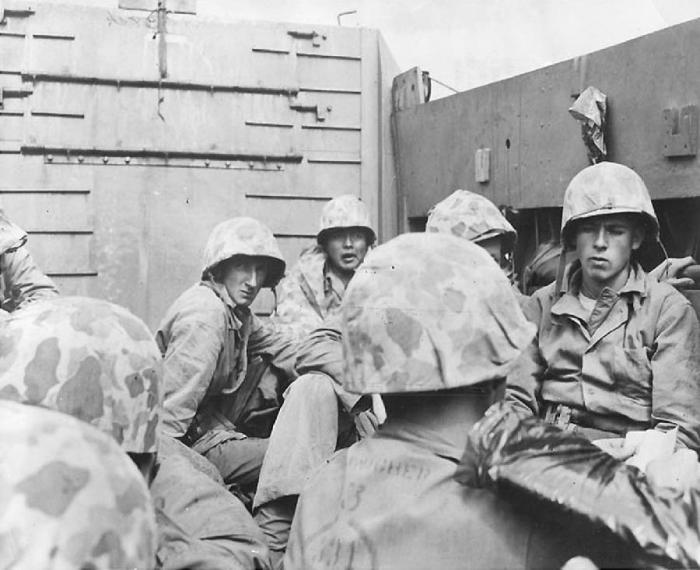 Американские морские пехотинцы из состава первой волны в десантном катере