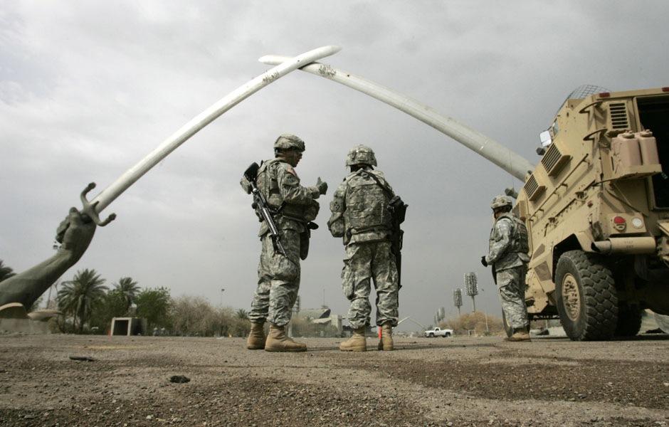Американские солдаты у памятника Мечи Кадисийя в Багдаде ,13 марта 2008 года.