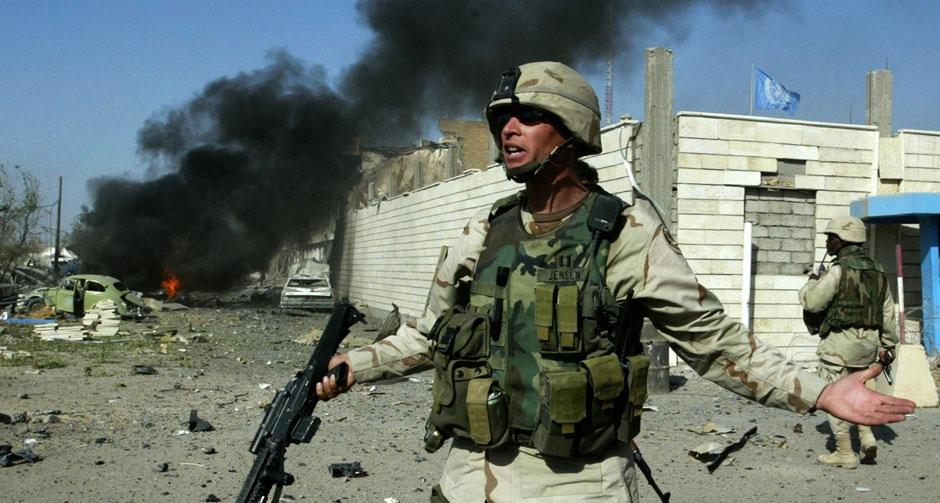 Американский солдат у штаба ООН в Багдаде, 19 августа 2003 года.