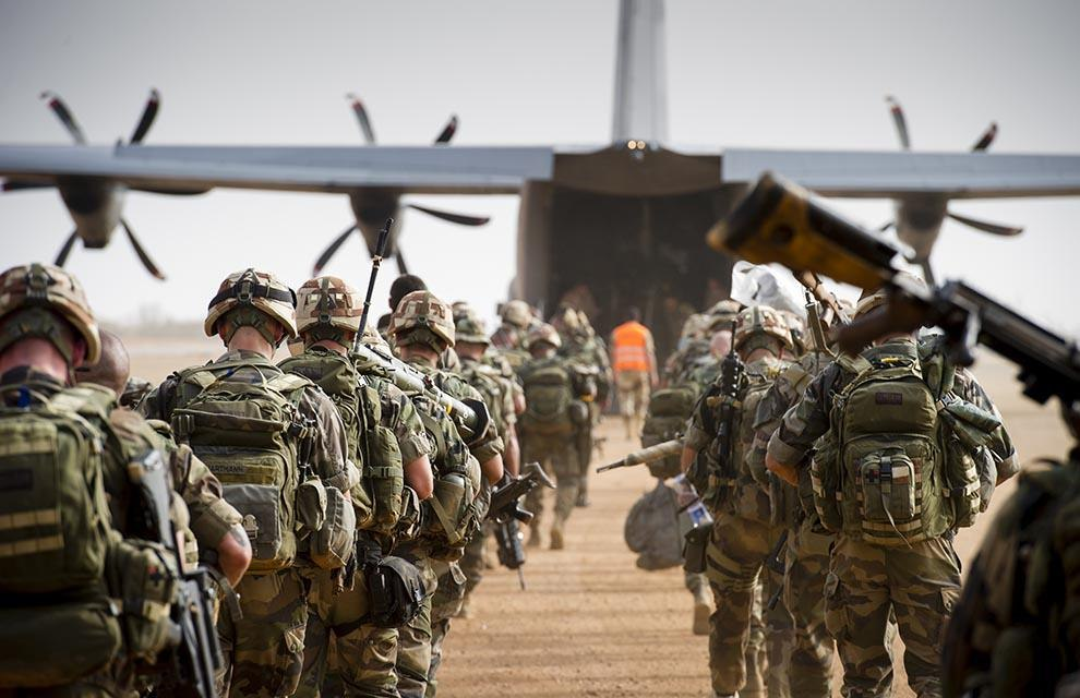Бойцы 3-й роты 2-го парашютного полка Французского Иностранного Легиона загружаются в C-130J