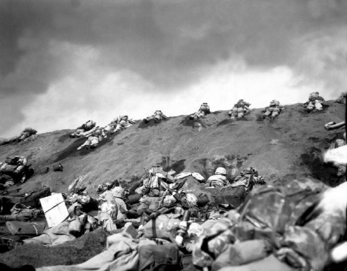 Бойцы 5-й дивизии морской пехоты США преодолевают холм