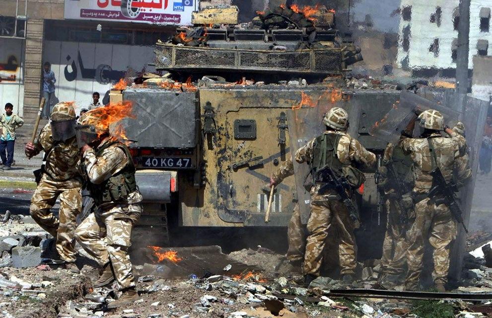 Британские солдаты попали под атаку в южном иракском городе Басра, 22 марта 2004 года.