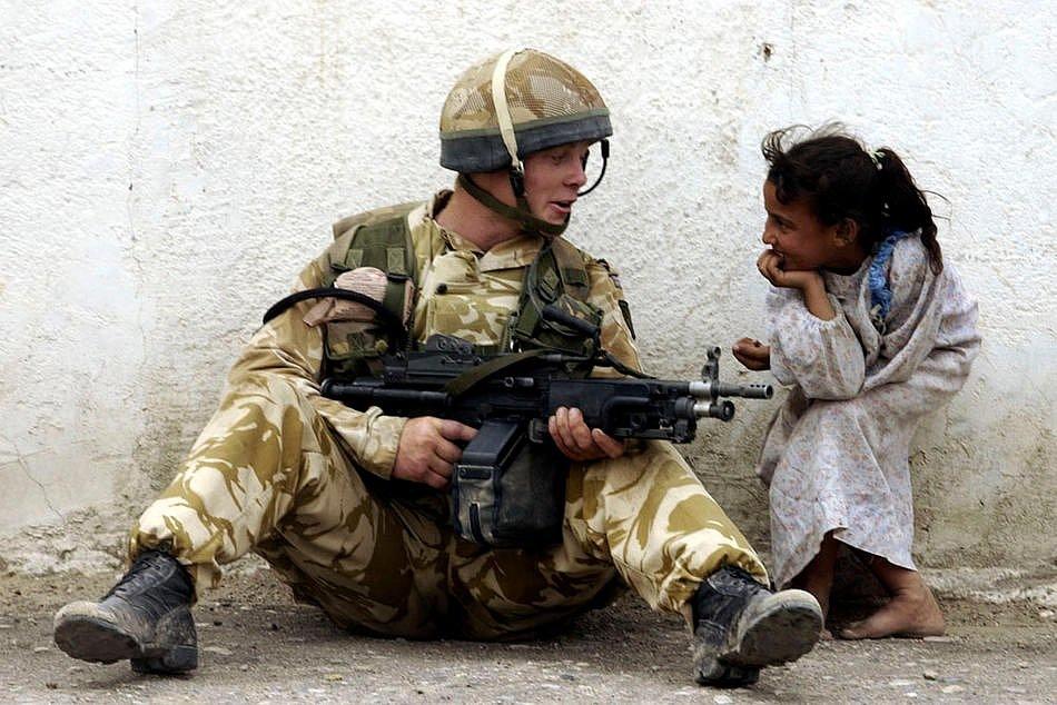 Британский десантник общается с иракской девочкой
