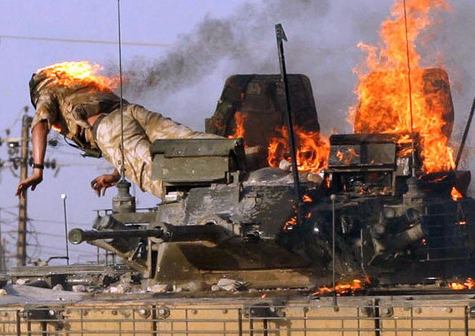 Британский солдат выпрыгивает из горящей бронемашины, Басра, 19 сентября 2005 года.