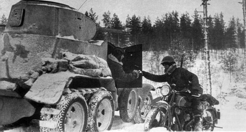 Вестовой на мотоцикле передает сообщение экипажу советского бронеавтомобиля БА-10
