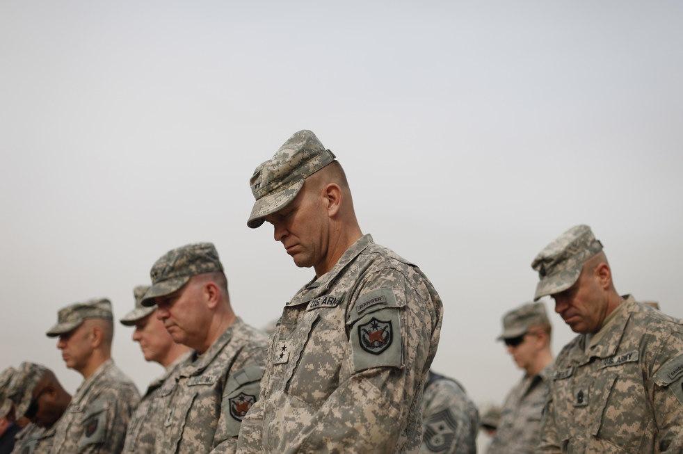 Военнослужащие во время церемонии снятия флагов, использовавшихся военными силами США в Ирак, в Багдаде, Ирак, 15 декабря, 2011 года.