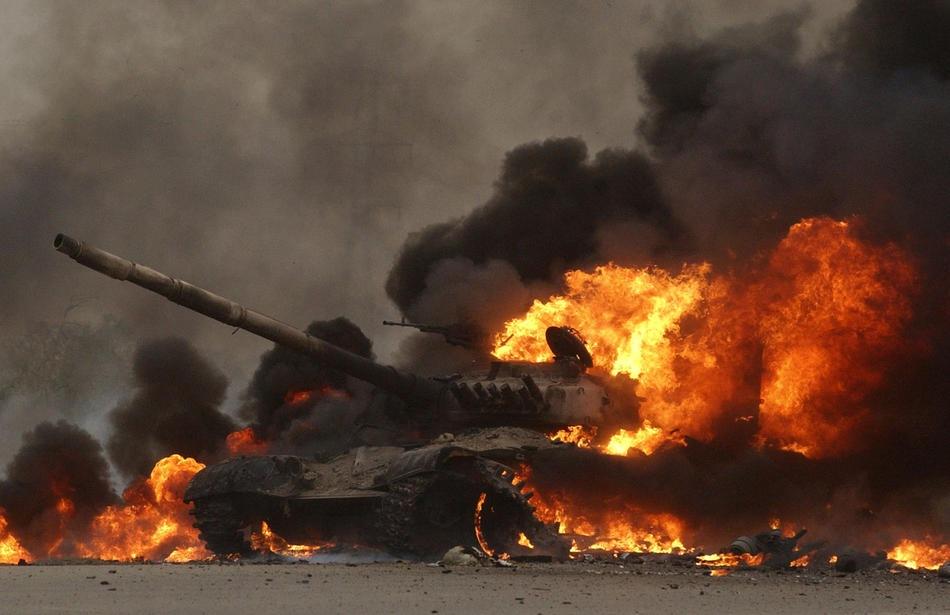 Горящий иракский Т-72 на окраине Saddam City
