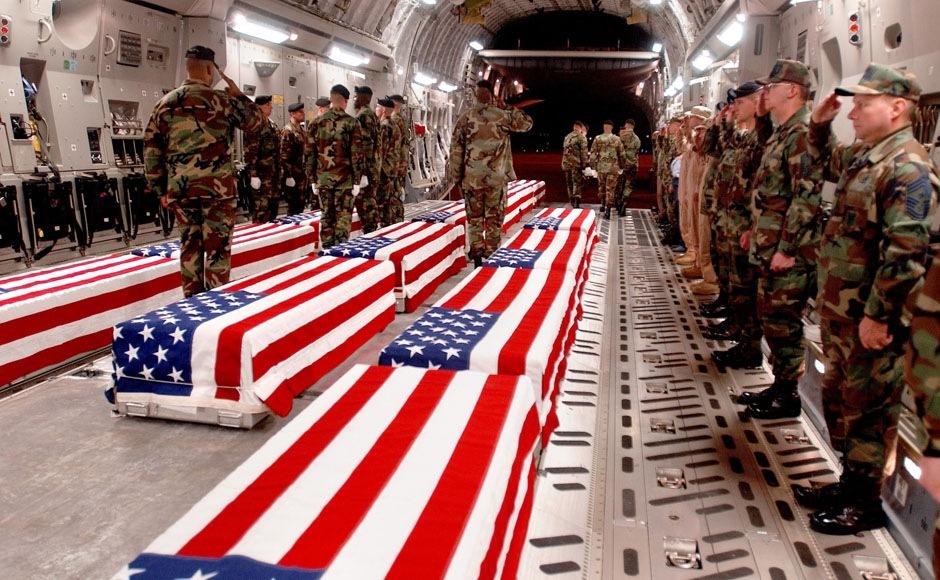 Гробы с телами американских военнослужащих перед выгрузкой на авиабазе Дувр в Делавэре.