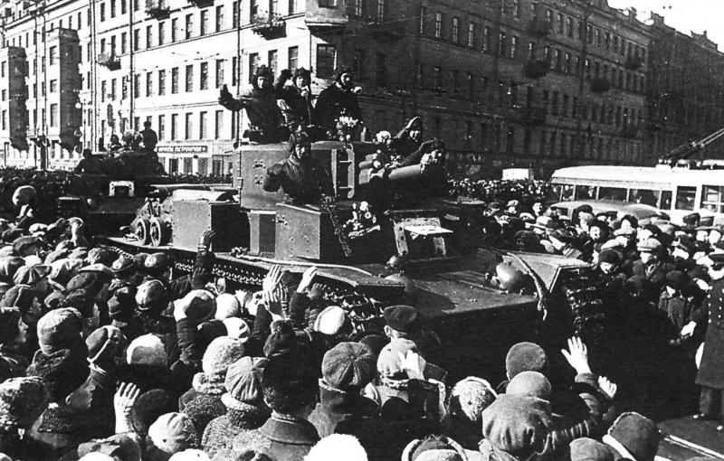 Жители Ленинграда приветствуют танкистов 20-й танковой бригады на танках Т-28, возвращающихся с Карельского перешейка.