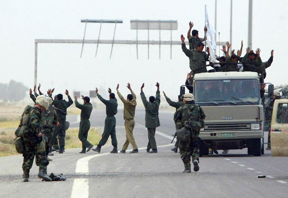 Иракские войска сдаются морпехам США 21 марта 2003 в Сафване, Ирак.