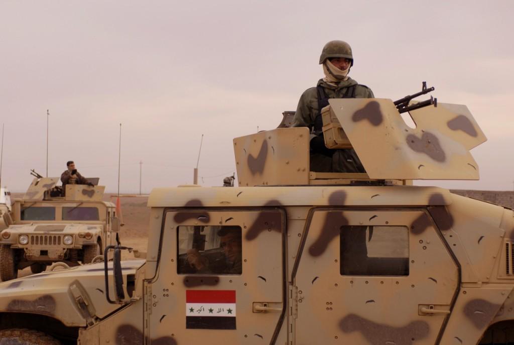 Иракские солдаты ищут оружие в Zanjaliah, Ирак, 1 февраля 2007.