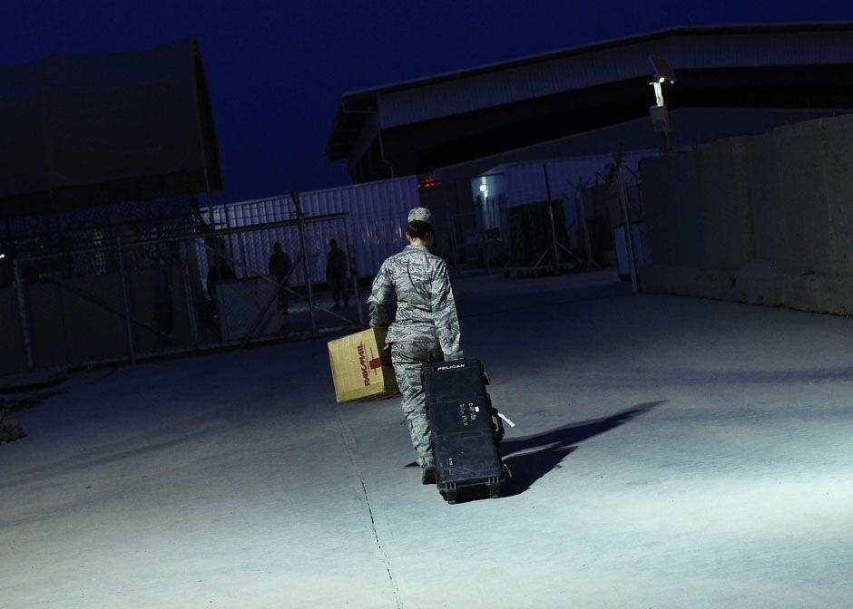 Майор ВВС США Стейси Шафрен с вещами перед отбытием из Ирака на бывшей военно-воздушной базе США рядом с Багдадом,