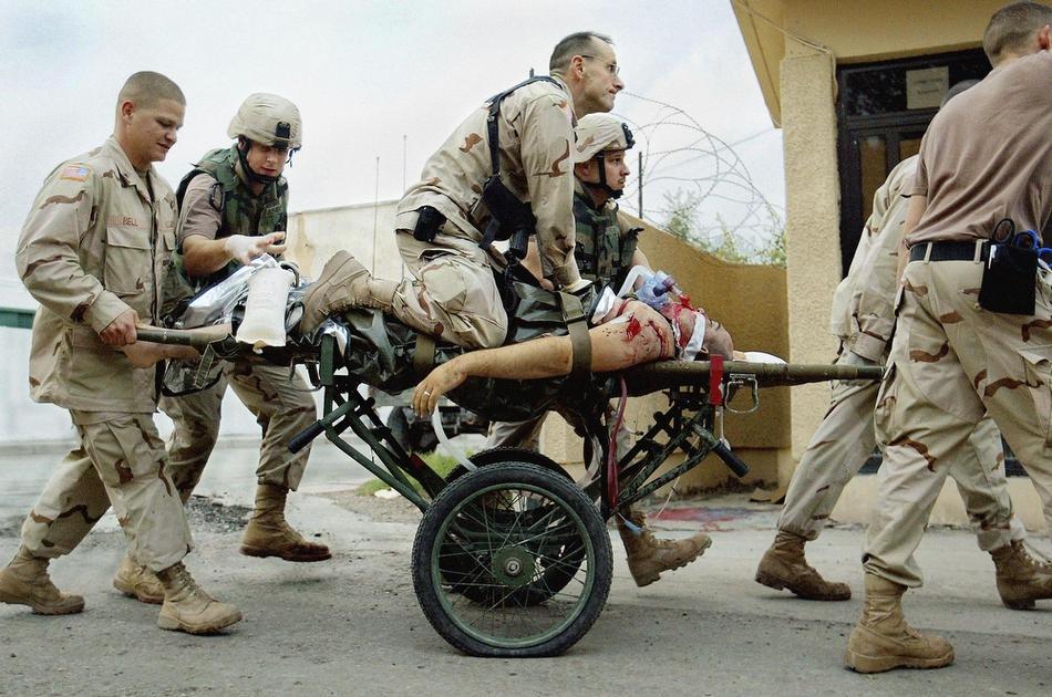 Медик Патрик Макэндрю пытается спасти жизнь американского солдата, в Багдаде, 4 апреля 2005 года.