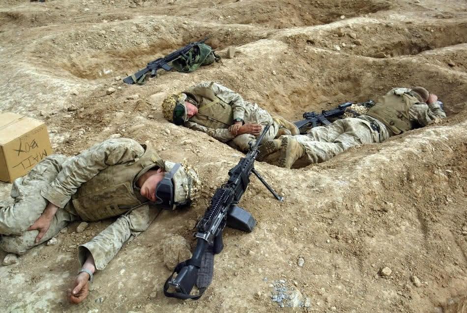 Морпехи отдыхают после боев в Фаллудже, 22 Апреля 2004.