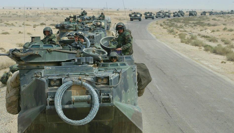 Морские пехотинцы США, Целевой группы Tarawa, едут через иракские деревни 22 марта 2003 г.