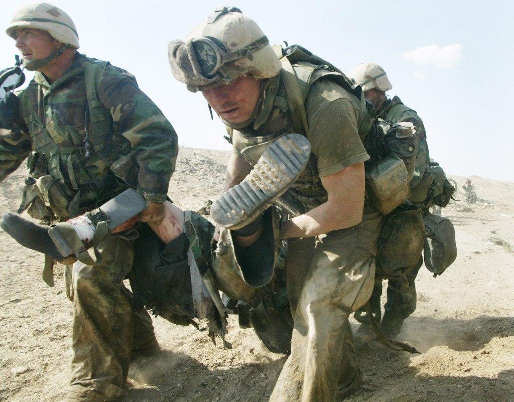 Морские пехотинцы США во время атаки 23 марта 2003 года в городе Эн-Насирии.