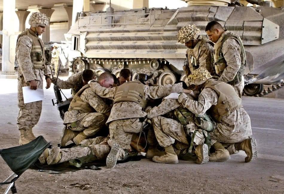 Морские пехотинцы молятся за погибшего товарища. Фаллуджа, 8 апреля 2004.