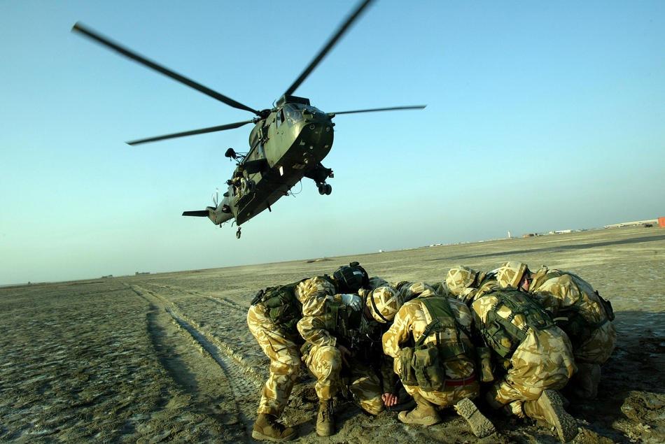 Парашютисты Йоркширского полка принимают участие в учениях с вертолетами из 845-й эскадрильи Королевских ВМС 16 января 2005 в Басре.