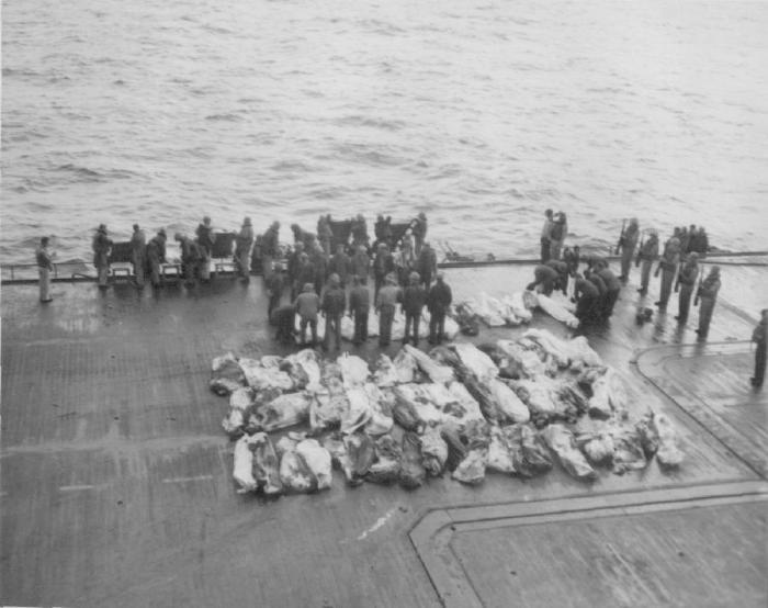 Похороны моряков американского авианосца Саратога, погибших в результате атаки камикадзе