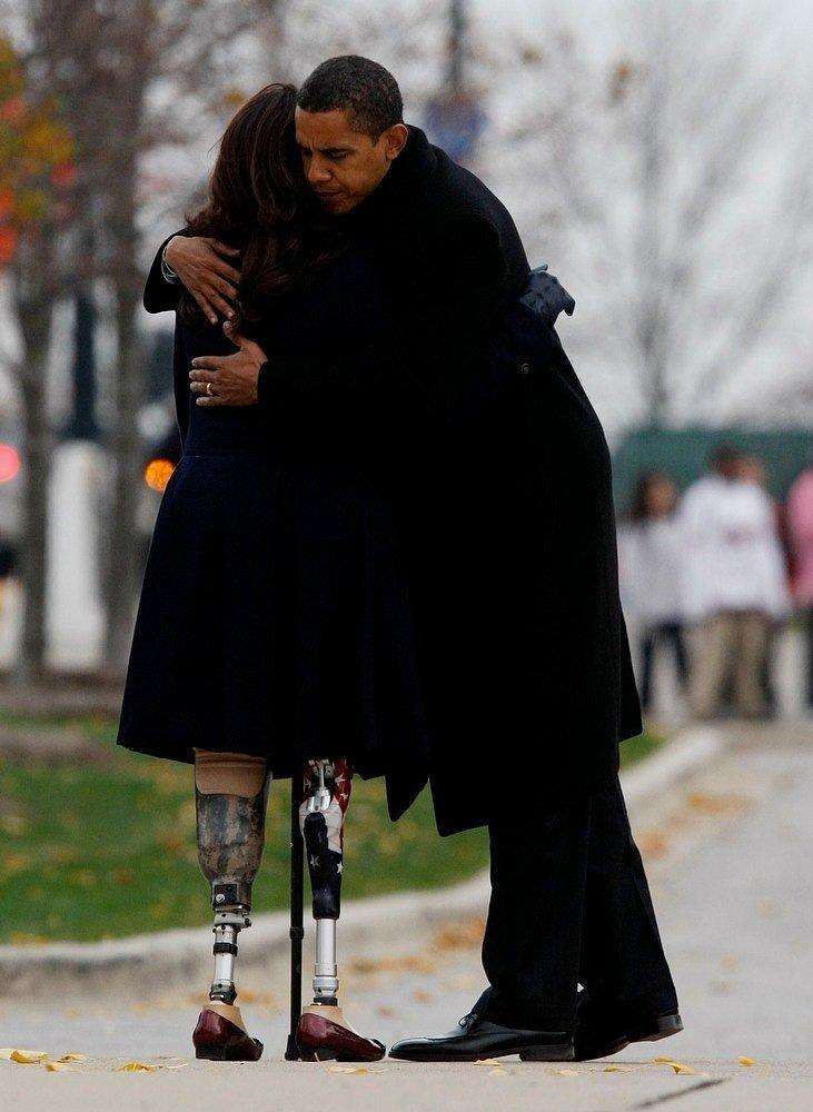 Президент Обама обнимает ветерана войны в Ираке Тэмми Дакворт