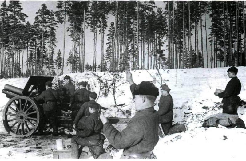 Расчет советской 122-мм гаубицы образца 191030 гг. на позиции во время Зимней войны.