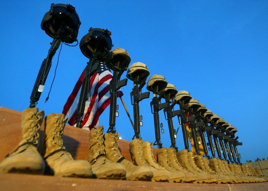 Ряд винтовок М-16 со шлемами на них – мемориальная служба на авиабазе аль-Асад, 6 ноября 2003 года.