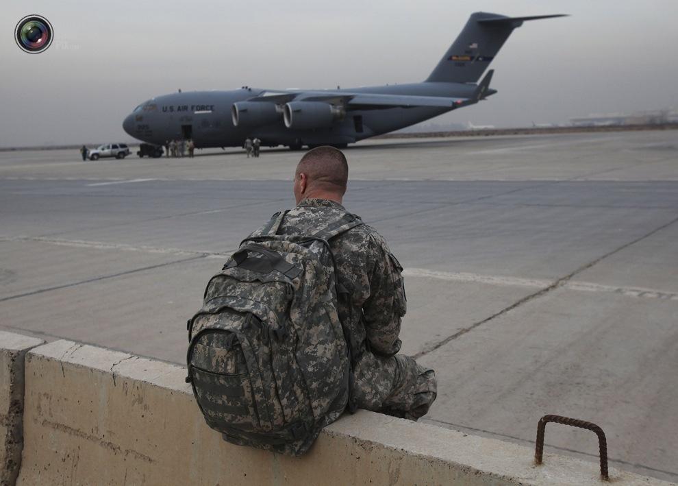 Сержант армии США ждет транспорт C-130, чтобы покинуть Ирак, в Багдаде 15 декабря 2011 г.