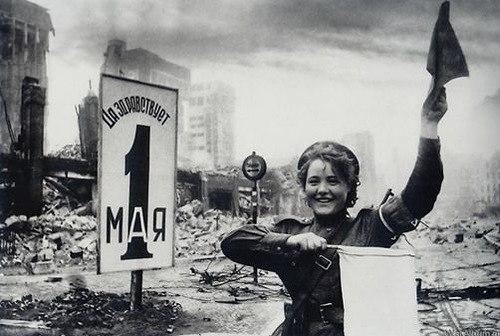 Советская регулировщица Мария ШАЛЬНЁВА (НЕНАХОВА) в Берлине. 2 мая 1945 года.