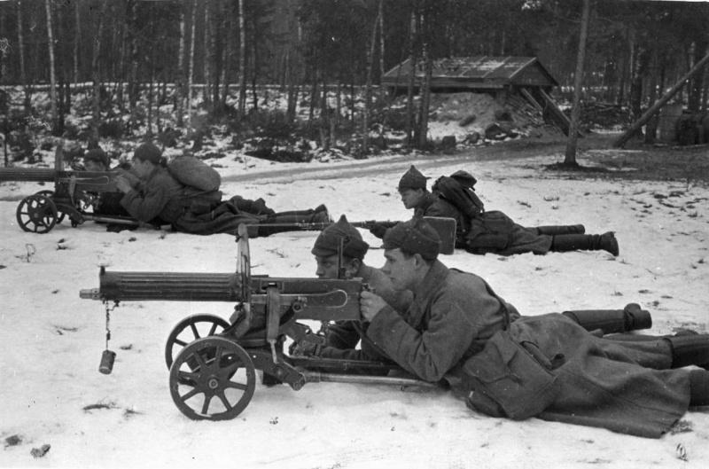 Советские расчеты двух 7,62-мм пулеметов Максима приготовились к бою на временной позиции.