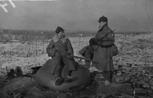 Советские солдаты рядом с наблюдательным колпаком захваченного финского ДОТа.