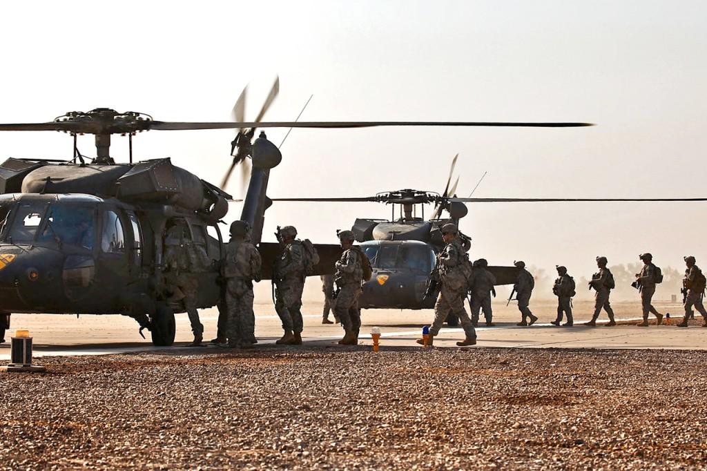 Солдаты Армии США грузятся в Blackhawk что бы лететь на патрулирование в Таджи, Ирак, 18 сентября 2009 года.