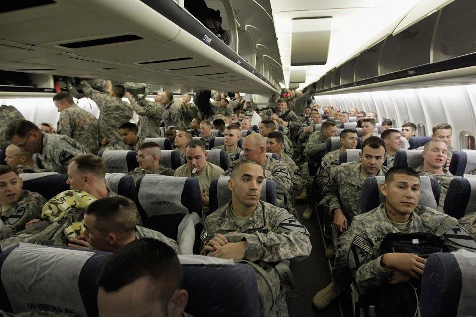 Солдаты армии США в самолете перед полетом домой в Форт-Худ