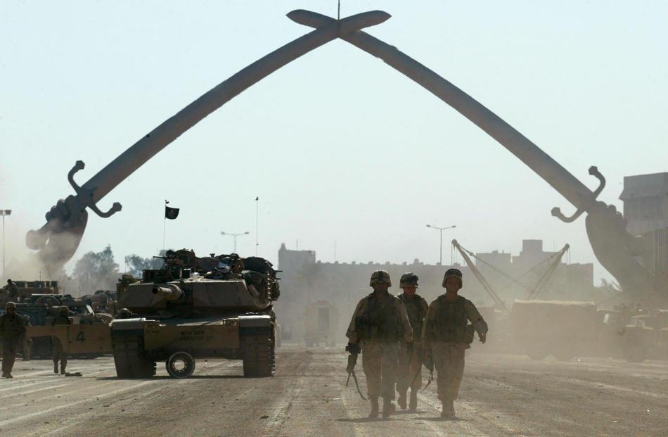 Солдаты армии США у арки в виде скрещенных мечей, 11 апреля 2003