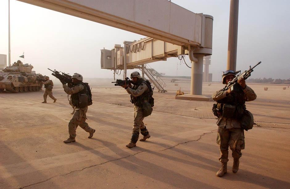Солдаты армии США, 3-й пехотной дивизии, занимают основной терминал международного аэропорта Багдада, 4 апреля 2003 г.