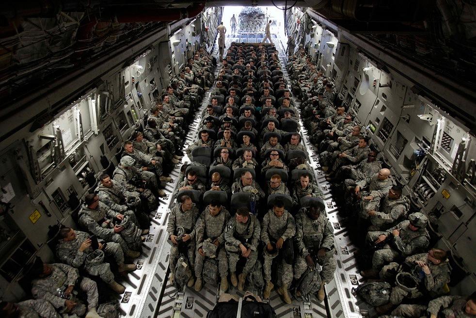 Солдаты в самолете C-17 по пути домой