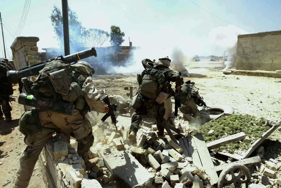 Солдаты 101-й воздушно-десантной дивизии в городе Эн-Наджаф 2 апреля 2003.