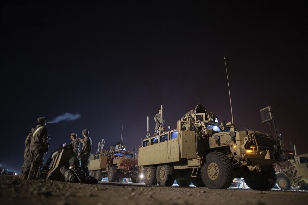 Солдаты 3-й бригадной тактической группы, 1-й кавалерийской дивизии, готовят транспорт MRAP перед отъездом из лагеря Adde