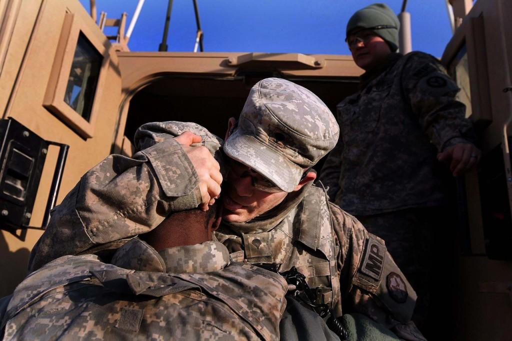 Солдаты 3-й бригады, 1-й кавалерийской дивизии прощаются, готовясь уйти в последний конвой из Ирака.