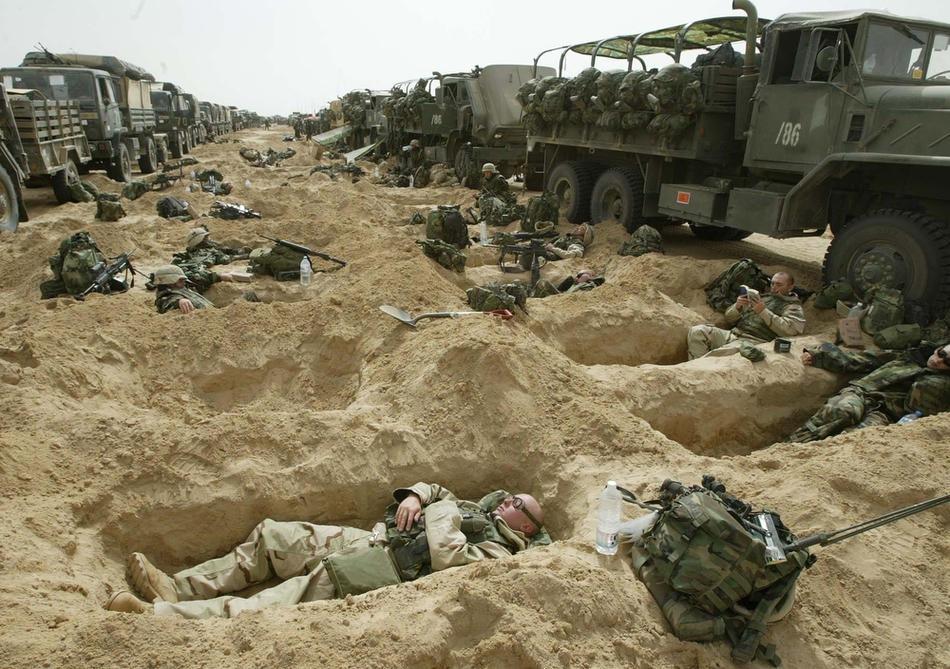 Солдаты 3-й бригады, 101-й десантной дивизии армии США, в кувейтской пустыне, 21 марта 2003 г.